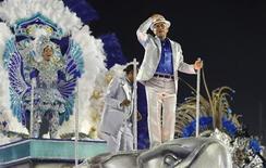 Paulinho da Viola desfila na Marquês de Sapucaí em carro alegórico da Portela que o homenageou. 11/02/2013 REUTERS/Sergio Moraes