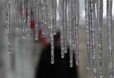 Сосульки в Москве 22 февраля 2012 года. Рабочая неделя принесет в Москву похолодание, ожидают синоптики.REUTERS/Sergei Karpukhin