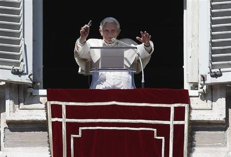 Pope Benedict XVI waves as he leads the Sunday angelus prayer in Saint Peter Square at the Vatican February 10, 2013. REUTERS/Tony Gentile