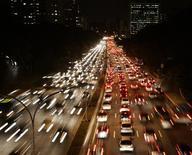 Les publications de résultats financiers qui vont ponctuer la semaine confirmeront à quel point 2012 restera une année noire pour l'automobile française, mais elles seront aussi l'occasion d'apporter des réponses importantes sur les stratégies engagées pour redresser la barre. /Photo d'archives/REUTERS/Paulo Whitaker