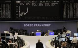 Les Bourses européennes se maintiennent lundi à mi-séance autour de leurs récents pics. À Paris, le CAC 40 avance de 0,71% à 3.675,42 points vers 12h10 GMT. À Francfort, le Dax est stable (+0,03%) et à Londres, le FTSE prend 0,35%. /Photo prise le 11 février 2013/REUTERS/Remote/Janine Eggert