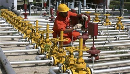 An engineer of Oil and Natural Gas Corp (ONGC) works inside the Kalol oil field in the western Indian state of Gujarat September 12, 2009. REUTERS/Amit Dave/Files