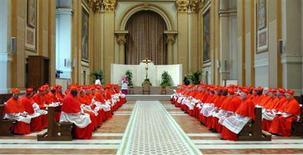 """El nuevo Papa probablemente será elegido a finales de marzo, dijo el lunes un portavoz del Vaticano, después de que Benedicto XVI dejara """"incrédulos"""" a sus ayudantes con su anuncio de que renunciará porque está demasiado débil para cumplir con sus obligaciones en el cargo. En la imagen, cardenales reunidos en el Vaticano antes de dirigirse a la Capilla Sixtina para empezar el cónclave, en una foto de archivo del 18 de abril de 2005. REUTERS/Osservatore Romano"""