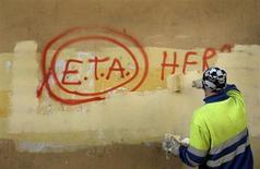Dirigentes del Partido Nacionalista Vasco y del Ejecutivo regional confirmaron el lunes, aunque sin dar detalles, las informaciones que hacen referencia a un anuncio de desarme por parte de ETA en fechas próximas. En la imagen, un trabajador municipal pinta encima de un cartel que hace referencia a ETA en Guernica el 21 de octubre de 2011. REUTERS/Vincent West