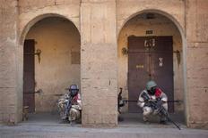 Militaires maliens à Gao. Maison par maison, les soldats maliens recherchaient lundi dans Gao les rebelles islamistes dont l'offensive ce week-end illustre le risque d'enlisement des forces françaises. /Photo prise le 10 février 2013/REUTERS/Francois Rihouay