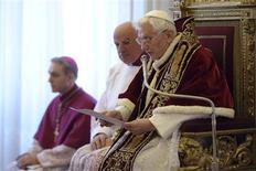 El Papa Benedicto XVI sorprendió el lunes al mundo y a sus asesores al anunciar que ya no posee la fortaleza física y mental para afrontar las exigencias de su cargo, convirtiéndose en el primer Sumo Pontífice que renuncia desde la Edad Media. En la imagen, Benedicto XVI en el consistorio vaticano del 11 de febrero de 2013. REUTERS/Osservatore Romano
