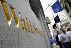 Wall Street a ouvert en légère baisse lundi en l'absence de publications de résultats et d'indicateurs économiques, mais le faible niveau des volumes échangés pourrait provoquer une forte volatilité. Vers 14h40 GMT, l'indice Dow Jones perd 0,20%, le Standard & Poor's 500 recule de 0,16% et le Nasdaq cède 0,12%. /Photo d'archives/REUTERS/Brendan McDermid
