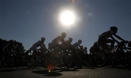 La Unión Ciclista Internacional (UCI) ha endurecido su política antidopaje imponiendo un descanso de ocho días a los corredores después de una inyección de corticoides, dijo el lunes. En la imagen, un grupo de ciclistas duratente una etapa del Tour de Qatar, en Doha, el 8 de febrero de 2013. REUTERS/Mohammed Dabbous