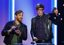 """Membros da banda Black Keys aceitam prêmio de melhor álbum do ano durante os Grammy Awards em Los Angeles. O Grammy de 2013, entregue no domingo, teve prêmios distribuídos entre um grande número de artistas, com os roqueiros do Black Key levando três troféus, incluindo o de melhor álbum de rock do ano (""""El Camino""""). 10/02/2013 REUTERS/Mike Blake"""