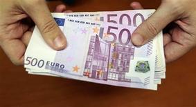 Le maximum pour les paiements en espèces pour les résidents fiscaux en France sera abaissé de 3.000 à 1.000 euros d'ici fin 2013, a indiqué lundi le gouvernement au terme d'un comité national de lutte contre la fraude fiscale et sociale. /Photo d'archives/REUTERS/Andrea Comas