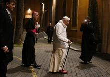 Papa Benedetto XVI arriva ad un incontro con i seminaristi al seminario Romano Maggiore, Roma, 8 febbraio 2013. REUTERS/Tony Gentile