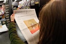 Los católicos reaccionaron con sorpresa el lunes a la primera abdicación papal desde la Edad Media, aunque el sentimiento entre muchos era más de respeto que la emoción vista por el fallecimiento de su predecesor Juan Pablo II. En la imagen, una mujer lee la portada del Osservatore Romano en Roma, el 11 de febrero de 2013. REUTERS/Giampiero Sposito