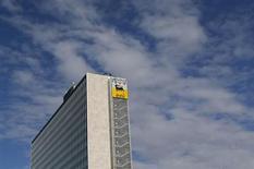 Il logo di Eni nella sede romana della compagnia, 8 febbraio 2013. REUTERS/Alessandro Bianchi