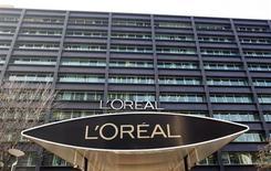 L'Oréal, qui a livré lundi des résultats 2012 proches des attentes des analystes, prévoit un nouveau programme de rachat d'actions totalisant 500 millions d'euros, permis par une trésorerie pléthorique. /Photo d'archives/REUTERS/Charles Platiau
