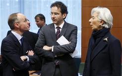 Le ministre des Finances luxembourgeois Luc Frieden, son homologue néerlandais et président de l'Eurogroupe Jeroen Dijsselbloem et la directrice générale du FMI Christine Lagarde, lundi à Bruxelles. Si les taux de change de l'euro ont été l'un des sujets de discussion de l'Eurogroupe lundi, son président Jeroen Dijsselbloem estime toutefois que ce sujet est davantage du ressort du Groupe des Vingt (G20), dont les grands argentiers se réuniront cette semaine à Moscou. /Photo prise le 11 février 2013/REUTERS/François Lenoir