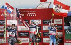 Quelques jours après le Super-G, l'Américain Ted Ligety (au centre) s'est offert lundi un nouveau titre mondial à Schladming, en Autriche, en s'imposant dans le super-combiné. Il a devancé le Croate Ivica Kostelic (à gauche) et l'Autrichien Romed Baumann complète le podium. /Photo prise le 11 février 2013/REUTERS/Leonhard Foeger