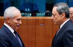 El ministro chipriota de Finanzas no encontró un apoyo claro el lunes en sus homólogos de la eurozona en su rechazo a imponer pérdidas a los depositantes bancarios como parte del programa de rescate del país. En la imagen, el ministro chipriota de Finanzas, Vassos Shiarly, habla con el presidente del Banco Central Europeo, Mario Draghi (a la derecha) en una reunión del eurogrupo en la sede del Consejo de la UE en Bruselas, el 11 de febrero de 2013. REUTERS/Francois Lenoir