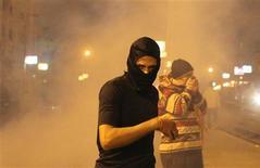 Manifestantes que piden la marcha del presidente egipcio, Mohamed Mursi, se enfrentaron el lunes con policías frente a su palacio, en el segundo aniversario del derrocamiento de Hosni Mubarak. En la imagen, manifestantes contrarios al presidente Mursi y los Hermanos Musulmanes huyen del gas lacrimógeno durante enfrentamientos con la policía ante el Palacio Presidencial, en El Cairo, el 11 de febrero de 2013. REUTERS/Asmaa Waguih
