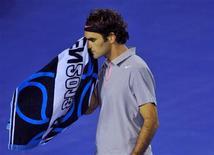 El tenista número dos del mundo, Roger Federer, ha pedido que se introduzcan pasaportes biológicos en el tenis similares a los empleados en el ciclismo para detectar posibles dopajes. En esta imagen de archivo, el tenista suizo Roger Federer durante su partido de semifinal contra el británico Andy Murray en el Abierto de Australia, en Melbourne, el 25 de enero de 2013. REUTERS/Toby Melville