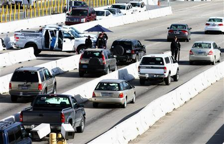 U.S. Customs and Border Protection officers check vehicles approaching the U.S.-Mexico border in San Ysidro February 10, 2013. REUTERS/Jorge Duenes