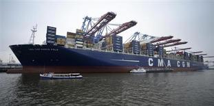 CMA CGM, un des grands transporteurs mondiaux de conteneurs maritimes, vient de signer avec ses 70 banques créancières un accord de restructuration globale de sa dette qui atteignait 4,6 milliards de dollars (3,4 milliards d'euros) fin 2012, selon le quotidien Les Echos. /Photo d'archives/REUTERS/Fabian Bimmer