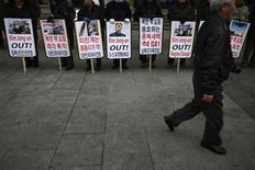 Attivisti anti-Corea del Nord oggi a Seoul, vicino alla sede dell'ambasciata Usa, per protestare contro il test nucleare condotto da Pyongyang. REUTERS/Kim Hong-Ji