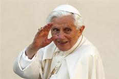 Папа Римский Бенедикт XVI приветствует верующих на площади Святого Петра в Ватикане 24 октября 2012 года. Глава крупнейшей христианской конфессии 85-летний Папа Римский Бенедикт XVI в понедельник шокировал мир и ближний круг заявлением о том, что дефицит душевных и физических сил мешает ему справляться с обязанностями. Он стал первым сложившим пожизненные полномочия понтификом, начиная со Средних веков. REUTERS/Giampiero Sposito