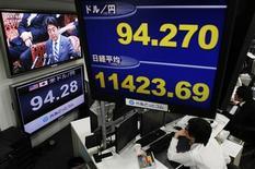 El Índice Nikkei rebotó el martes gracias al impulso de las acciones financieras después de que el Tesoro estadounidense expresara su apoyo a la política agresiva japonesa para combatir la deflación y fomentar el crecimiento. En la imagen, una pantalla de televisión muestra al primer ministro japonés Shinzo Abe mientras en otra aparece la cotización del yen y el índice Nikkei, el 12 de febrero de 2013. REUTERS/Toru Hanai