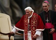 El Papa Benedicto XVI conmocionó al mundo católico al convertirse en el primer pontífice desde la Edad Media que dimite, diciendo que la falta de fuerzas le impedían seguir dirigiendo la Iglesia en un periodo de cambios importantes y confusión. En la imagen, de 9 de febrero, el papa Benedicto XVI abandona la Basílica de San Pedro en el Vaticano. REUTERS/ Alessandro Bianchi