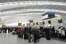 El holding que controla el aeropuerto londinense de Heathrow dijo el martes que invertirá 3.000 millones de libras en la instalación durante el período 2014-19. En la imagen de archivo, varios pasajeros esperan para facturar en la Terminal 5 de Heathrow, el 16 de marzo de 2012. REUTERS/Luke MacGregor