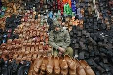 Пуштунский мальчик продает обувь у дороги в Кветте 20 декабря 2011 года. Агентство Moody's Investor Services заявило во вторник, что риски замедления мировой экономики снизились в последние три месяца, однако угроза пока сохраняется. REUTERS/Naseer Ahmed