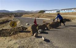 Workers construct a road near Nkandla in South Africa's rural Kwa-Zulu Natal province, in this August 2, 2012 file photo. REUTERS/Rogan Ward