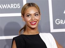 """La cantante Beyonce dice que quiere dar a su hija una infancia normal y asegura que su nuevo disco será """"mucho más sensual"""" gracias a la maternidad, según confesó la cantante en una entrevista en Vogue publicada el lunes. En la imagen, de 10 de febrero, Beyonce a su llegada a la entrega de los premios Grammy en Los Ángeles, California. REUTERS/Mario Anzuoni"""