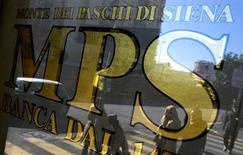 L'insegna di Banca Monte dei Paschi di Siena su una vetrina di una filiale a Roma, in una foto dello scorso 29 gennaio. REUTERS/Max Rossi