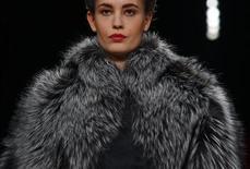 Las pieles acapararon la atención en el desfile de moda de Carolina Herrera en Nueva York, creaciones de colores vistosos y en lugares inusuales. En la imagen, una modelo presenta una creación de la colección otoño-invierno 2013 de Carolina Herrera, durante la Semana de la Moda de Nueva York, el 11 de febrero de 2013. REUTERS/Eric Thayer