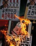 Manifestantes em Seul queimam retratos do líder da Coreia do Norte, Kim Jong-un, durante protesto contra um teste nuclear realizado pelo país. A Coreia do Norte realizou seu terceiro teste nuclear nesta terça-feira, em desafio às atuais resoluções das Nações Unidas, irritando os Estados Unidos e o Japão e levando seu único aliado importante, a China, a pedir calma. 12/03/2013 REUTERS/Kim Hong-Ji