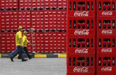 Coca-Cola affiche un bénéfice en hausse au quatrième trimestre, à la faveur notamment d'une croissance des ventes en Amérique du Nord. /Photo d'archives.REUTERS/Beawiharta (INDONESIA - Tags: BUSINESS FOOD) - RTR2J15W