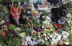 Una dieta nutritiva que incluye mucha fruta y verdura puede ser más saludable para los seres humanos pero no necesariamente para el medio ambiente, según un estudio francés. En la imagen, un puesto de frutas y verduras e nel mercado de Hom, en Hanoi (Vietnam), el 5 de diciembre de 2012. REUTERS/Kham