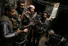 Membros do Exército Síria Livre seguram suas armar na cidade de Aleppo. Rebeldes sírios iniciaram uma grande operação para assumir o controle da estratégica cidade de Deir al Zor, no leste do país, depois de expulsar as forças governamentais de áreas petrolíferas ao redor, segundo um comandante insurgente. 11/02/2013 REUTERS/Zaid Rev