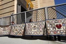 El Papa Benedicto XVI deja el cargo sin haber podido acabar con los abusos sexuales a niños por parte de sacerdotes ni con la cultura del secreto que fomentó un escándalo aún en marcha, dijeron grupos que representan a algunas de las víctimas. En la imagen, gente con pancartas con fotos de víctimas de abusos sexuales por parte de sacerdotes católicos, en una rueda de prensa en la Catedral de Nuestra Señora de Los Ángeles, California, el 1 de febrero de 2013. REUTERS/David McNew