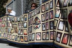 Manifestantes seguram cartaz com fotos de vítimas de abuso sexual por membros da igreja católica em frente a uma catedral em Los Angeles. O papa Bento 16 deixa o cargo sem ter conseguido acabar com os abusos sexuais de clérigos contra menores, nem com a cultura de sigilo que alimentou o escândalo, disseram na segunda-feira grupos que representam algumas das vítimas. 01/02/2013 REUTERS/David McNew