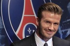 El ex capitán inglés David Beckham se ha unido a su nuevo club, el Paris St Germain en Valencia, donde el martes jugarán el partido de ida de octavos de final de Liga de Campeones, dijo el equipo francés. En la imagen de archivo, el futbolista David Beckham durante la rueda de presentación de su nuevo equipo, el PSG, en París, el 31 de enero de 2013. REUTERS/Gonzalo Fuentes
