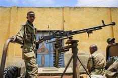Apoiador de um grupo pró-governo é visto com uma metralhadora pesada em uma rodovia na Somália. Enquanto os Estados Unidos trabalham pelo fim do embargo armamentista da ONU à Somália, monitores da entidade internacional alertam que militantes islâmicos desse país africano estão recebendo material bélico de redes vinculadas ao Iêmen e ao Irã, disseram diplomatas à Reuters. 07/10/2012 REUTERS/AU-UN IST PHOTO/Stuart Price/Handout