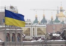 Флаг Украины на площади Независимости в Киеве 18 февраля 2010 года. ВВП Украины в 2013 году может вырасти на один процент или не вырасти вовсе без смены экономической политики, вопреки правительственному прогнозу в 3,4 процента, говорится в сообщении МВФ. REUTERS/Konstantin Chernichkin