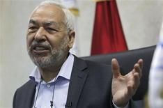 El líder del principal partido islamista de Túnez, Rached Ghanuchi, dijo el martes que esperaba que el primer ministro Hamadi Jebali formara un Gobierno de coalición esta semana que incluya a políticos y tecnócratas. En la imagen, Rached Ghanuchi, en una entrevista con Reuters en Túnez el 12 de febrero de 2013. REUTERS/Louafi Larbi