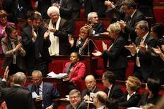 Les députés ont adopté mardi par 329 voix contre 229 le projet de loi présenté à l'Assemblée nationale par Christiane Taubira (au centre) sur le mariage et l'adoption pour les homosexuels. Le texte, qui sera examiné à partir du 2 avril par le Sénat, marque la plus importante réforme sociétale depuis l'abolition de la peine de mort en 1981. /Photo prise le 12 février 2013/REUTERS/Charles Platiau