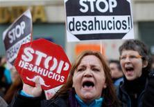 El Congreso de los Diputados aceptó a trámite el martes una iniciativa popular que, con más de un millón de firmas, pedía medidas como la dación en pago para frenar los desahucios, uno de los problemas sociales más graves de un país sumido en una profunda crisis económica. En la imagen, activistas antidesahucios protestant durante la votación de una iniciativa legislativa popular sobre la ley hipotecaria, ante el Congreso en Madrid, el 12 de febrero de 2013. REUTERS/Javier Barbancho