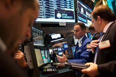 El promedio Dow Jones y el índice S&P 500 cerraron el martes con modestos avances que dejaron al primero de ellos cerca de máximos históricos en la Bolsa de Nueva York, mientras los inversores se preparaban para escuchar el discurso del presidente Barack Obama sobre el Estado de la Unión. En la imagen, operadores en la bolsa de Nueva York, el 20 de diciembre de 2012. REUTERS/Andrew Kelly