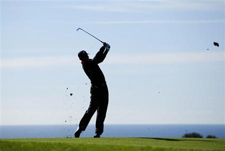 Golfer Tiger Woods hits his second shot off the 17th fairway during final round play at the Farmers Insurance Open in San Diego, California January 28, 2013. REUTERS/Mike Blake