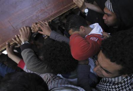 Relatives of Mohamed al-Gendy, an activist who opposed Egyptian President Mohamed Mursi, carry his coffin during his funeral at Omar Makram mosque in Cairo February 4, 2013. REUTERS/Amr Abdallah Dalsh
